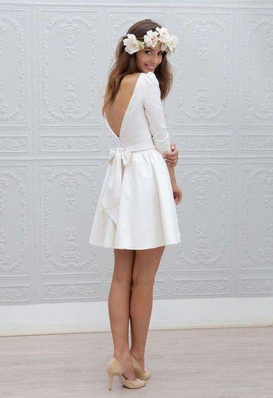 Vestido blanco con mangas y vuelo
