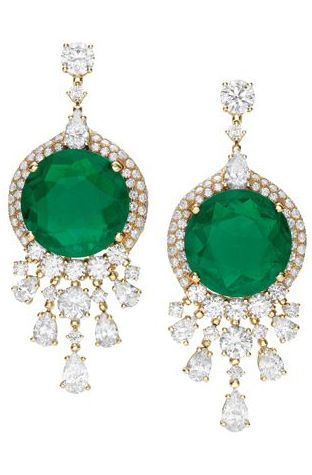 Bulgari High Jewellery earrings in yellow gold with two emeralds