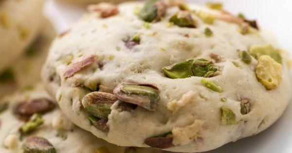 Kuru armutlu ve Antep fıstıklı kurabiye, tereyağlı olması sebebiyle ağızda dağılırken, içindeki fıstıklarla kıtırlık sağlayan farklı bir kurabiye tarifi.