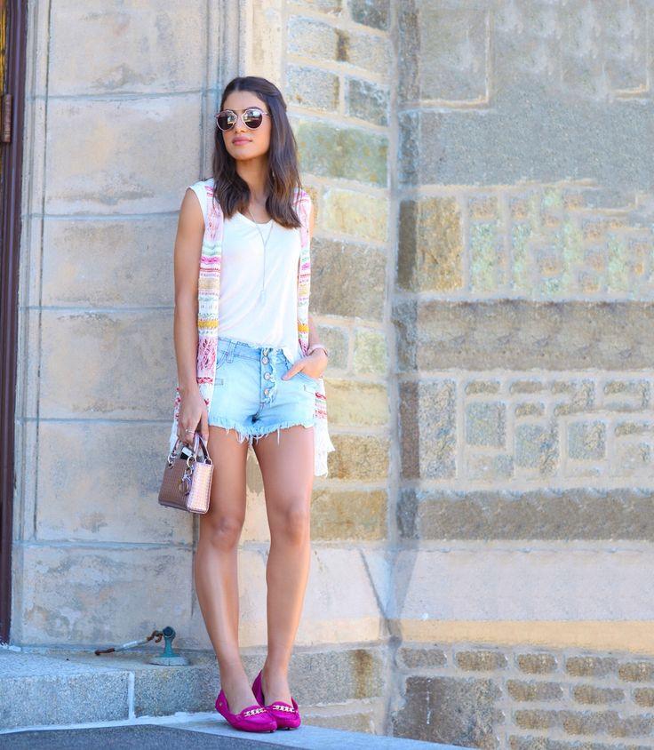 Camila Coelho veste: colete - Cecília Prado / Shorts - Riachuelo / T-Shirt - Urban Outfiters / Mocassim - Carmen Steffens / Bolsa - Dior (set/2015)