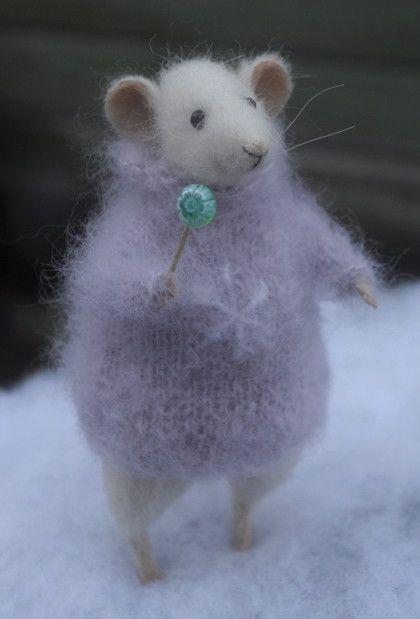 мышка с леденцом