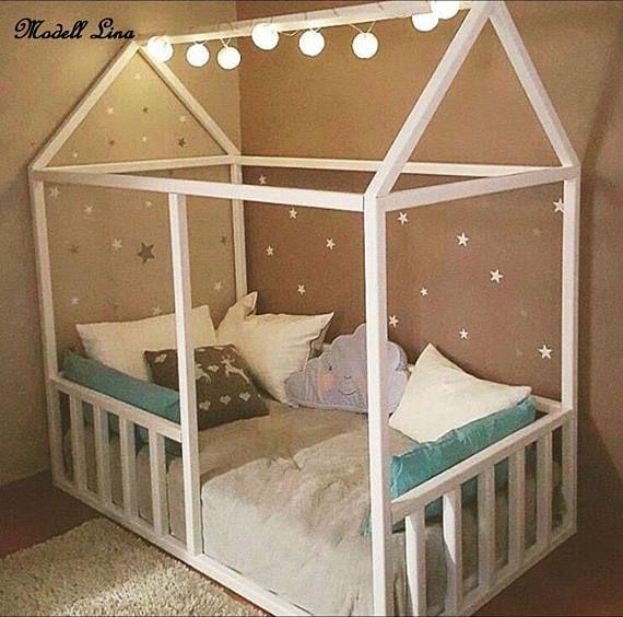 Das Holzhaus Bettgestell wird Ihr Kinderzimmer attraktiver machen. Es kann als ein Bett für Baby oder einfach wie eine Krippe oder bereits ein Kleinkindbett verwendet werden. Das Haus-Bett kann direkt auf den Boden gestellt werden, so habt ihr keine Angst, das Ihr Baby ausrollen kann. – Susanne