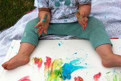 Wir verraten Ihnen, wie Sie ungiftige Fingerfarben für Babys und Kleinkinder selbst herstellen können.