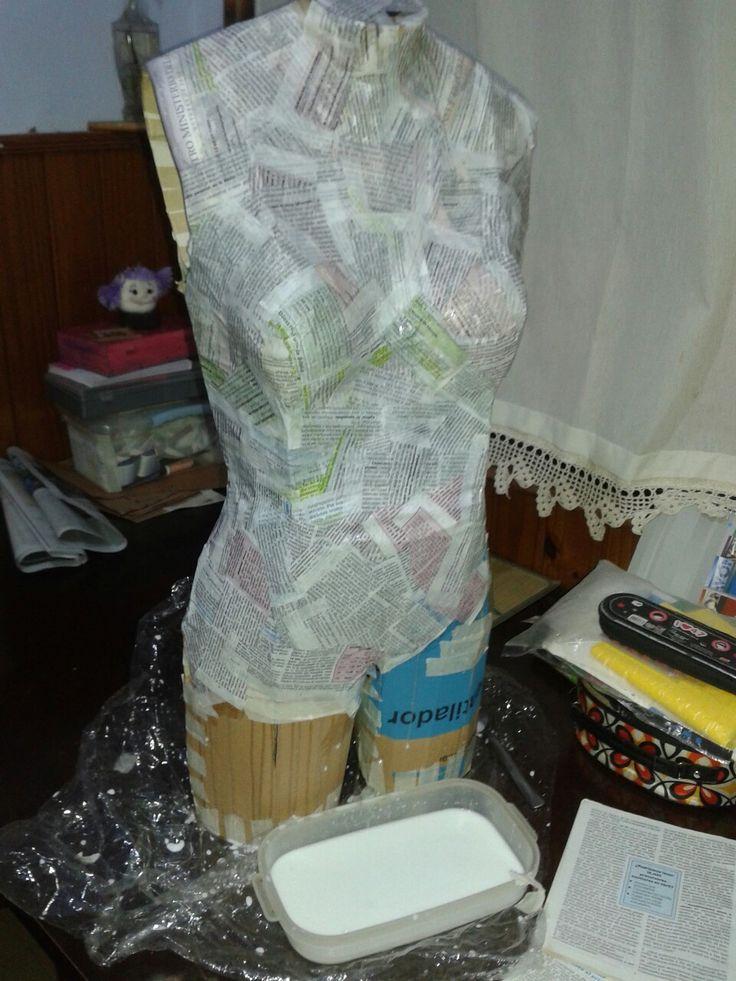 Maniquí hecho con caja de cartón y cartapesta