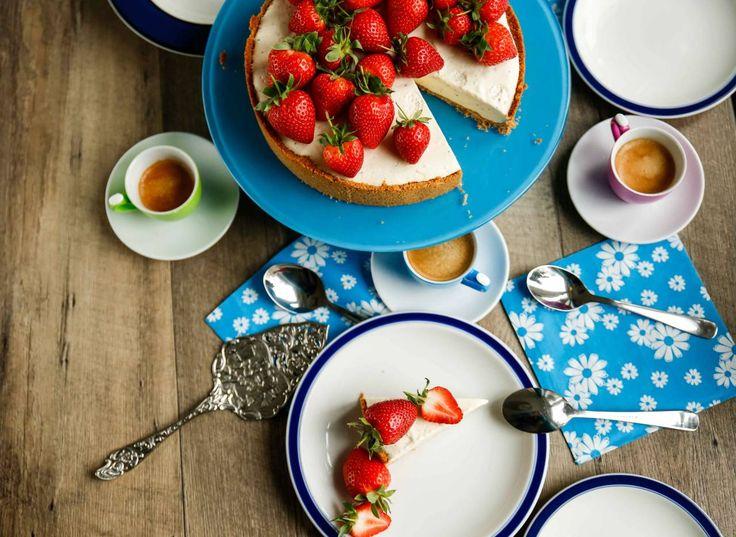 Cheesecake med jordgubbar och kardemumma är en perfekt sommardessert.