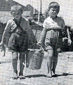 Πρόσφυγες από τη Σμύρνη που μένουν σε παραπήγματα. Παιδιά που ακόμη παίζουν «τα μήλα» στις γειτονιές. Γέροντες με περίτεχνα μουστάκια και παραδοσιακές φορεσιές, καθισμένοι σε καφενέδες. Παλιά λεωφορεία, άμαξες, «πρωτόγονα» περίπτερα και αναμνήσεις από μια