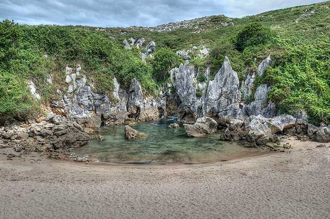 Playa de Gulpiyurri, Asturias - Una playa como ninguna otra, tierra adentro, que sigue conectada con el mar y tiene mareas. © ospanacar / Flickr (Creative Commons)