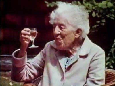 """Bizonyára sokan ismerik már a neten elérhető, Ruth Stout konyhakertjéről szóló videót. A film több mint érdekes. Egy életpályát bemutatva ad hírt arról, miként lett az idős hölgy """"egyszerű"""" kertész.De"""