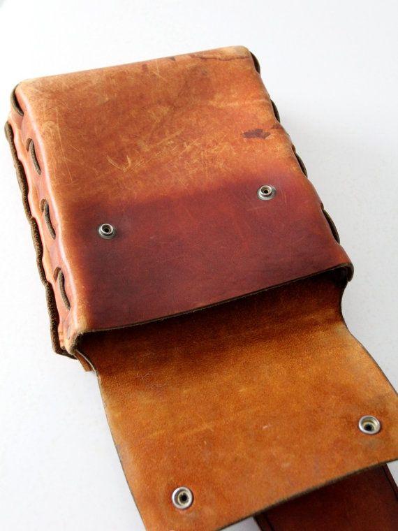alrededor de 1960-1970  Un par de Bolsa silla de montar de cuero vintage hechos a mano. El hippie bolsa característica grueso caramelo de cuero con costura de lado de cuero grueso. Tono plata encaje cierre la bolsa.  • alforjas • 2 bolsas • cierre con broche • costura de cuero  CONDICIÓN En buen estado con una hermosa pátina al cuero  MEDIDAS Bolsas: 9,5 x 8.5 x 1,5  Centro de correa: 22,5 x 3.5-7.5     TIENDA DE BOLSOS DE CUERO 86 MÁS https://www.etsy.com/shop/86Vintage86...