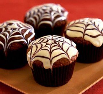 """""""I muffin di Halloween"""" Per Halloween potete preparare dei gustosi muffin al cioccolato. La particolarità starà nella decorazione. Con della glassa e del cioccolato fondente, infatti, ricaverete delle bellissime ragnatele sui dolci che li renderanno azzeccati al tema della festa. Un dolcetto da elargire ai bimbi che busseranno alla vostra porta. PD. Questo """"lo mangia"""" anche l'uomo ragno."""