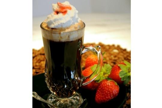 Café confit: expresso, confit de morango, rum, chantili e calda de morango   http://vejasp.abril.com.br/noticias/cafes-apresentam-novos-drinques-inverno/fotos