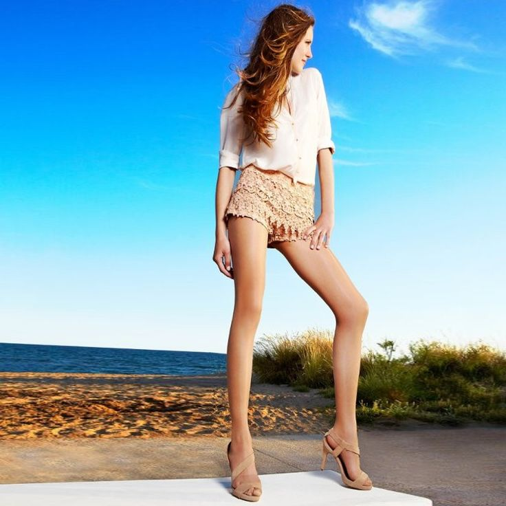 Cecilia de Rafael Sevilla 15  Heerlijke zomerpanty die je benen cool houdt. Voor een geoliede benen look.   De Sevilla panty met een prachtige glans is al snel de favoriet van vele vrouwen.  Ze zijn zo licht dat je nauwelijks merkt dat je ze draagt, maar iedereen zal direct je mooie benen opmerken. Ze zijn zeer transparant en zorgen ervoor dat je benen er glad en egaal uitzien.