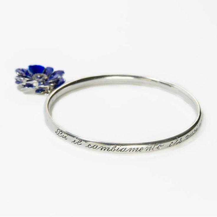 Bracciale rigido in argento con incisione e con fiore smaltato blu.