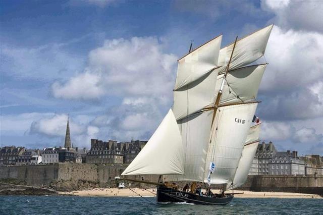 La Cancalaise devant les remparts de Saint Malo