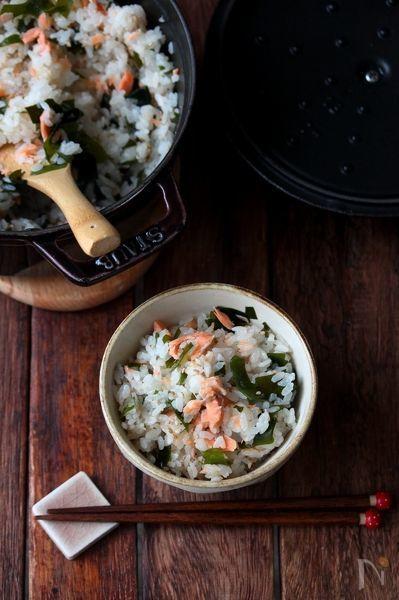 材料をのせて炊くの簡単炊き込みご飯。塩鮭と新わかめを一緒に。おにぎりやお弁当にもオススメです。