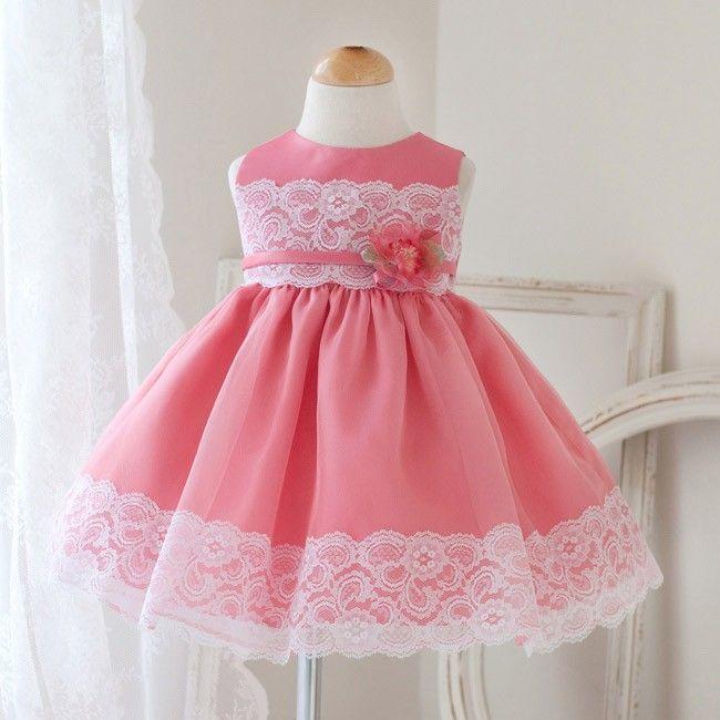 Vestido rosa de criança com renda