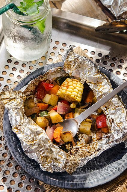 Milho, pimentão, cebola, cenoura e abobrinha cozinhados no alumínio  http://veganyackattack.com/2013/07/03/bbq-party-pack/