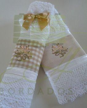 Kt de 2 toalhas de lavabo com acabamento em renda de algodão e bordados no tom bege e rosa pêssego e marrom claro.  Um presente clássico para as festa de Natal. www.ehbordados.com.br