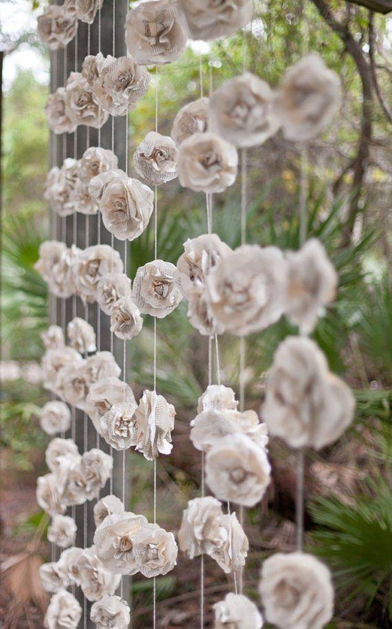 Återvinn tidningspapper genom att göra rosor att hänga upp. Vackert! [DIY paper rose backdrop.] #wedding #bröllop #ecobride