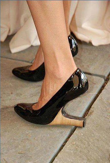 Wah, heels ini didesain terbalik lho! Kira-kira bakal susah buat jalan nggak ya, BroSist? #SMARTlifestyle