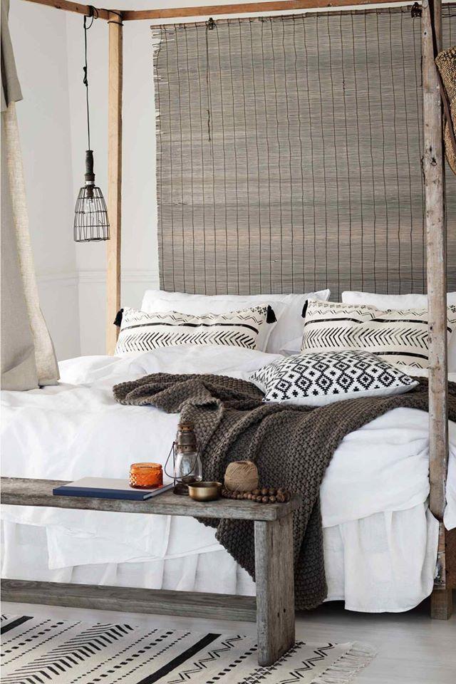 chambre ambiance naturelle avec store en paille coussins. Black Bedroom Furniture Sets. Home Design Ideas