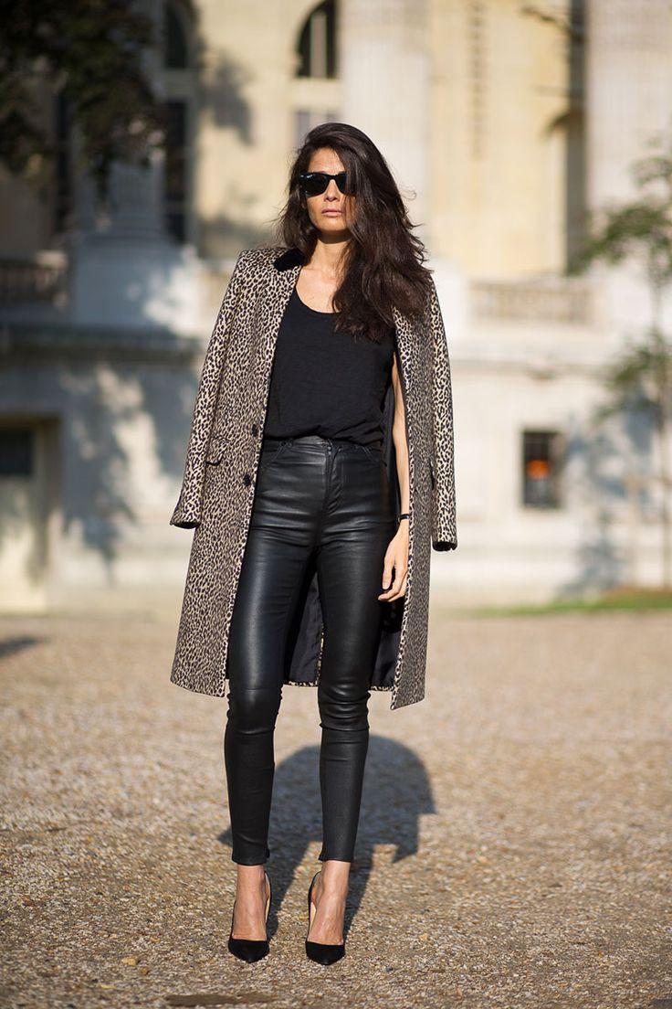 Semana de alta costura em Paris - jul/2015. Look lindo com calça skinny de couro e statement trench coat de oncinha! O scarpin é o complemento perfeito.  Barbara Martello   - HarpersBAZAAR.com