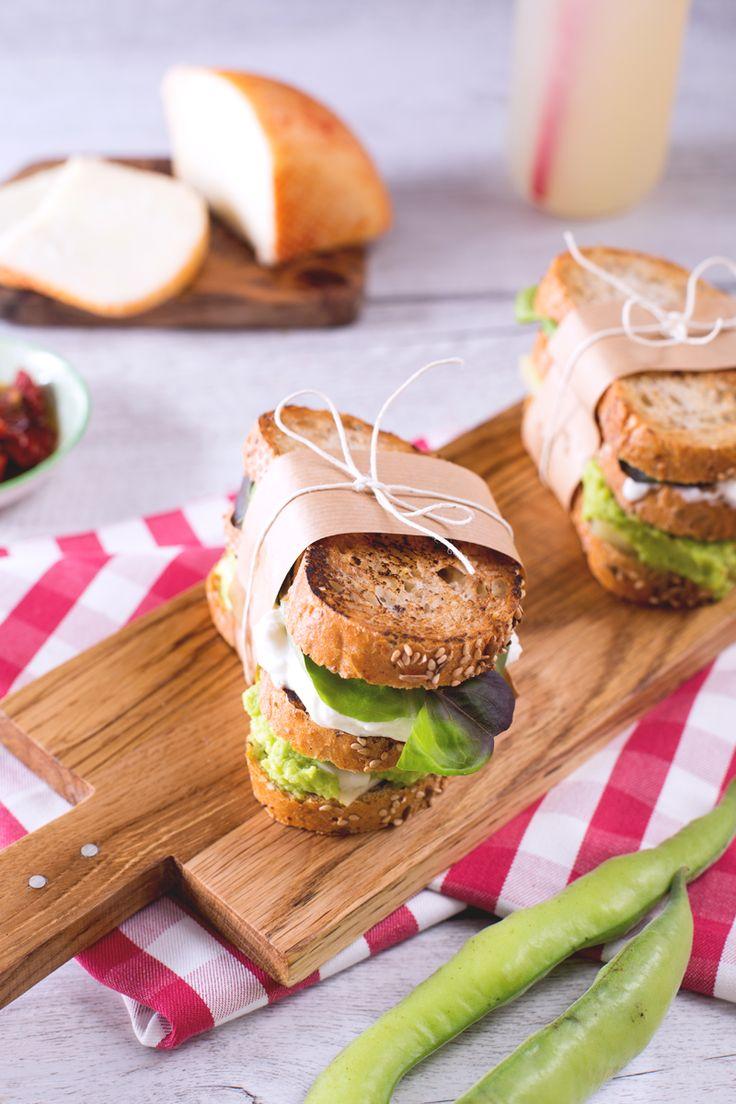 Rispolverate il vostro cestino da #picnic e riempitelo con tanti stuzzichini appetitosi, noi stiamo preparando questo #sandwich di #fave e #formaggio per la nostra gita fuori porta! ( #cheese and fava #beans sandwich) #Giallozafferano #recipe #ricetta #panino