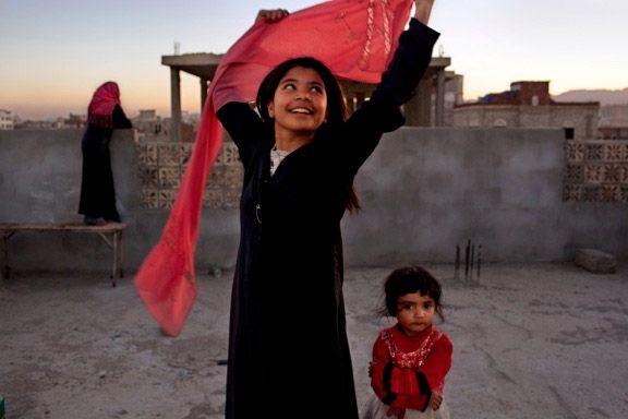 """Stephanie Sinclair """"Troppo giovani per dire sì"""" - giugno 2011 – Hajjah, Yemen // La Sinclair ha riscosso un grande successo di critica per il suo lavoro sulle spose bambine e su altri temi legati ai diritti umani. «Anche davanti a una storia straziante – ha detto – dobbiamo mettere da parte il nostro ego e capire che la fotografia non riguarda noi e i nostri sentimenti in quanto fotografi, ma ciò che il soggetto sta vivendo.»"""