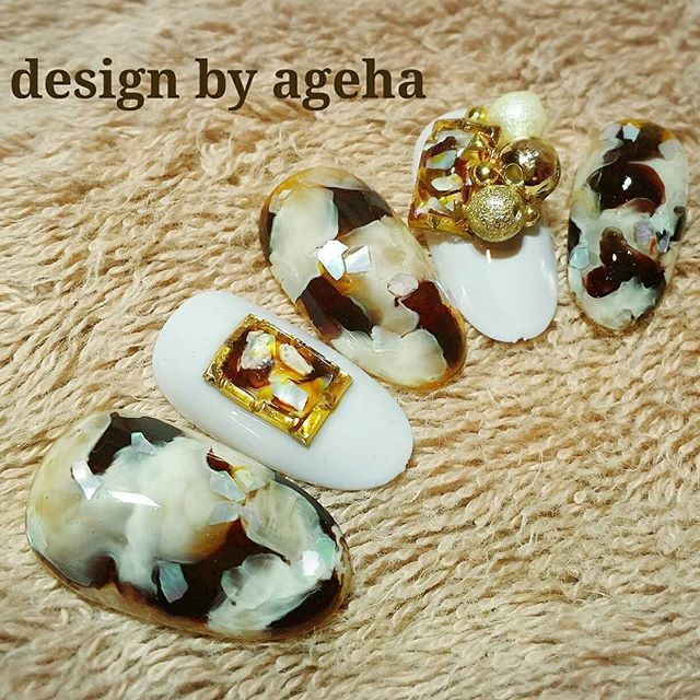 ホワイトが入った #ベッ甲ネイル 琥珀ネイルの技法で 少しアレンジ とろける感じがツボです。。。 私の好きな雰囲気になりました❤ セミナーで(^_^)v #ドロップアート #やっぱり素敵 #琥珀も好きです #ホワイトベッ甲 #nailart #gelnail #naildesign #nails #design #art #girls #agehaネイル #agehanails #ネイルデザイン #네일 # #指甲 #美甲 #ジェルネイル #ジェルアート #光療凝膠 #光療 #nailswag #ネイルアーティスト #ジェルネイルデザイン #게하아 #agehaコレクション