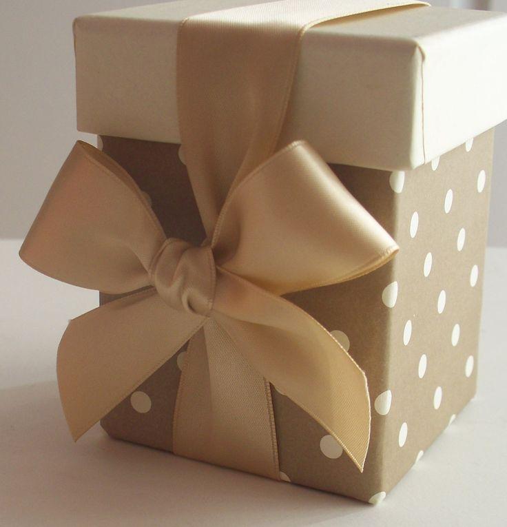 Μπομπονιέρα γάμου πουά κουτί με σατέν κορδέλα