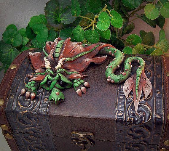 Ooak Polymer Clay Green N bruin triest Little Dragon beeldhouwkunst op hoog vliegenvangers borst #647  Deze schattige Sad Little Dragon is rust van een lange reis! Hij is de hand gebeeldhouwd en geschilderd. Ik gebruik geen elke mallen! Elke kleine draak is verschillend en uniek, waardoor hem een een van een soort item. Deze borst die deze kleine jongen is op rusten is prachtig gemaakt in een oude stijl van de wereld en is erg elegant. Wat een mooi accent stuk dit zou elke kamer!  Ik…