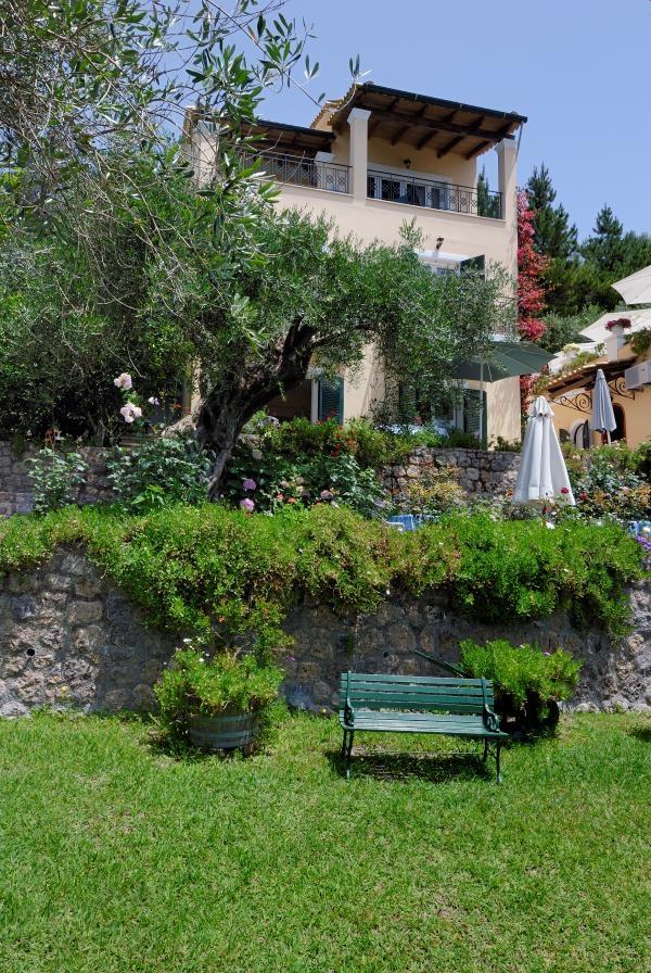 Viros is een prachtig, authentiek en uniek dorpje. Even buiten Virós ligt Huize Róula. De mooi gelegen vakantiewoning kijkt vanaf de top van de heuvel uit over de groene omgeving. Ross Holidays heeft hier een appartement en een studio tot zijn beschikking. Huize Roula in Viros is ideaal voor mensen die de rust opzoeken en van wandelen houden. De bruiloftslocaties zijn per auto op 10km afstand gemakkelijk te bereiken.
