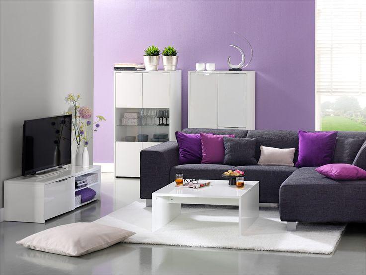 Moderne woonkamer met hoogglans witte meubels en strakke zwarte bank mooie paarse muur op de - Deco woonkamer aan de muur wit ...