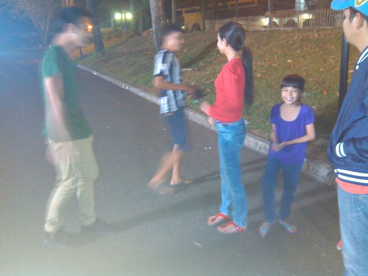 Eps 3 scene 21C. Keke: Kaos merah lengan panjang, jeans biru, sendal merah  Alda: kaos ungu, jeans biru, sendal biru  Aldryan: Kaos hijau, cino krem, sepatu bot