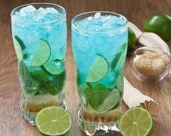 Cocktail au gin, cura�ao bleu et citron vert