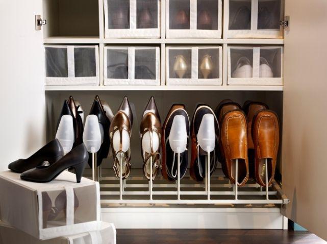 """Pour un dressing ordonné, on mise sur le rangement qui ne déforme pas vos chaussures, et des boîtes avec """"fenêtres"""" pour savoir quelle paire se trouve à l'intérieur.  Rangement chaussures KOMPLEMENT, 100 x 58 cm : 40 € et boîtes à chaussures SKUBB, L 22 x P 34 x H 16 cm : 9 € les 4 - IKEA"""