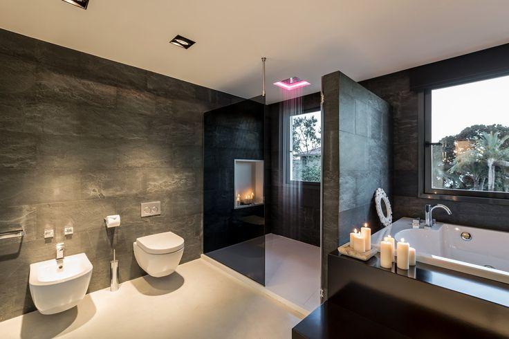 Luksusowa łazienka, elegancka łazienka, prysznic tropikalny, czarna łazienka. Zobacz więcej na: https://www.homify.pl/katalogi-inspiracji/16727/6-wyjatkowych-elementow-pieknej-lazienki