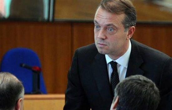 Cem Uzan'dan İmar Bankası tepkisi - Cem Uzan, kendisinin yargılanmadığı İmar Bankası davasıyla ilgili haberinde kendi resmini ve ismini kullanan Hürriyet'e sert tepki gösterdi.