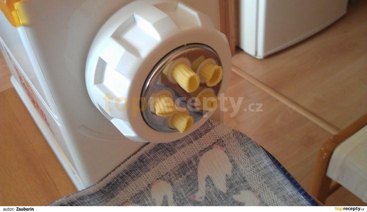 Nejdříve smícháme vejce s vodou, potom mouky a nakonec škrob. Vypracujeme  tužší…