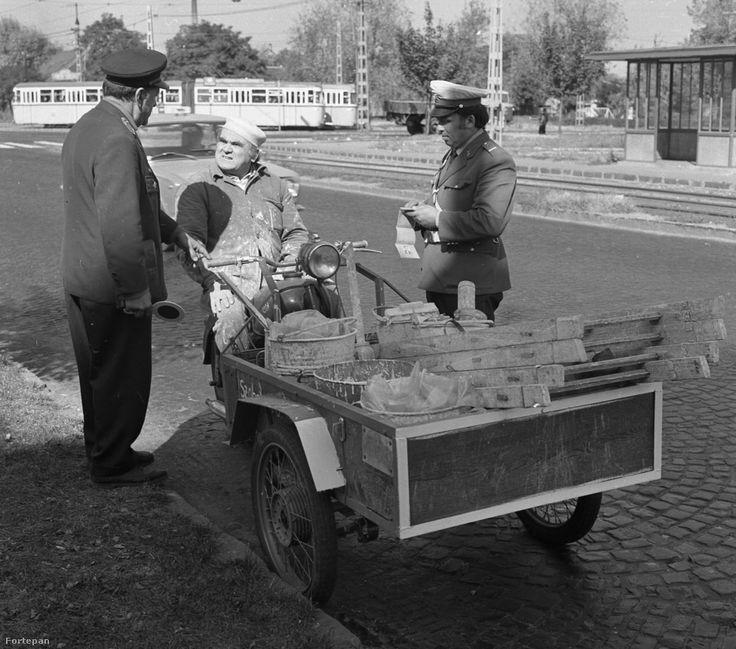 Ezzel a szobafestővel 1973 májusában, a fotó készülte után megfújatták a szondát. Pedig pont elég kellemetlen lehetett neki ezzel a járgánnyal végigmenni a macskaköves úton. Kristóf László fotója.
