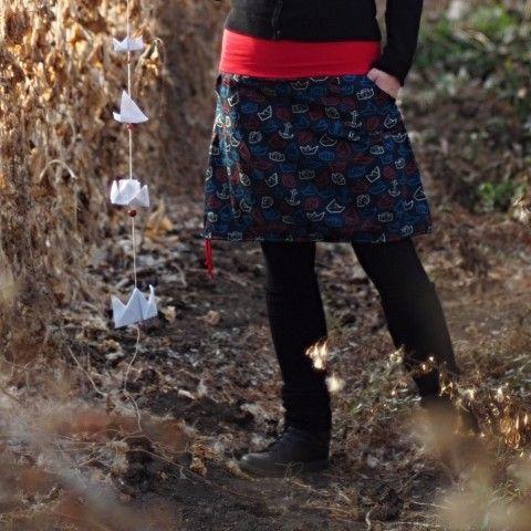 A je tu naprostá novinka! Sukně z vlastní oOtma látky - z naší Pruhované fabriky. Látka je bavlněný satén, velmi příjemný na omak, méně se mačká než běžná bavlna. Barva je černá + loďky modré, červené a bílé.  Krátká sukně z krásné, bavlněné, origami - námořnické látky, ušita dle vlastního návrhu. Sukně má pružný pas ušitý z červeného úpletu. Sukně má dvě kapsy ozdobené logem. Dole na sukni je navlečená šňůrka, kterou můžete libovolně stahovat, nebo ji úplně povolit a mít sukni do áčka. Vše…