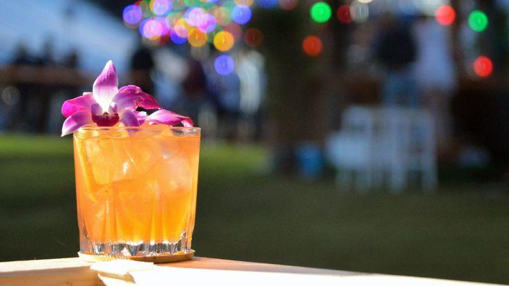 Punsj er en drink som inneholder te, sitrus, sukker, krydder og sprit. Bartender Anne Maurseth lager den med hylleblomstte, sitronsaft og…