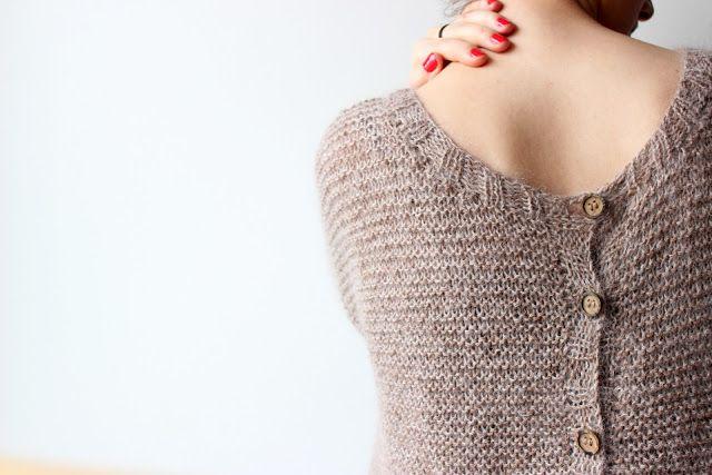 Ce petit pull, c'est le vêtement super pratique le matin quand on hésite entre un pull ou un gilet !   Tout simplement car il suffit de ch...