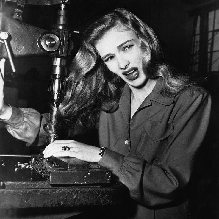 Sicurezza sul lavoro L'attrice Veronica Lake mostra quello che può succedere alle donne che tengono i capelli lunghi e sciolti mentre lavorano in fabbrica, Stati Uniti, 9 novembre 1943 (AP Photo)