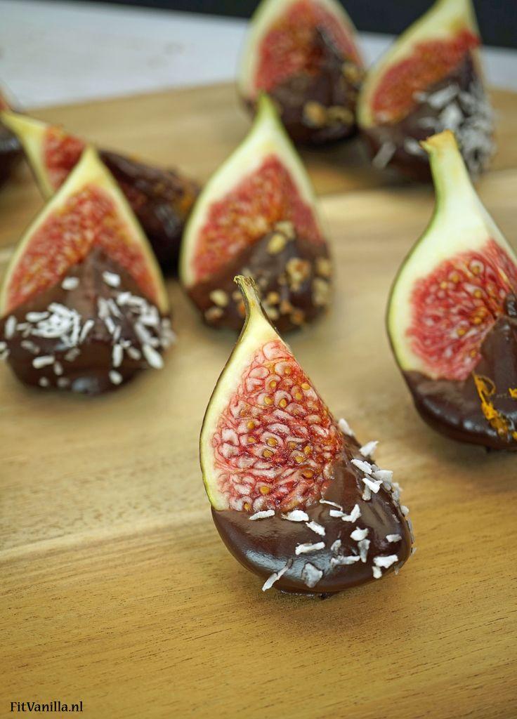 Wat een feest zijn deze verse vijgen gedipt in zelfgemaakte vegan chocoladesaus! Yum! Het recept is te vinden in ons online kookboek. Ga voor meer info naar www.fitvanilla.nl //FitVanilla #partyfood #snack #sweet