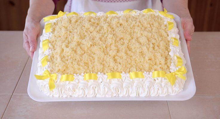 Torta mimosa, una ricetta speciale per tutte le donne. Torta all'ananas fresca e colorata, un dolce di pan di spagna rettangolare ripieno di crema