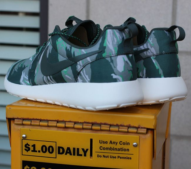 new products 13469 a338a Nike Roshe Run Green Camo
