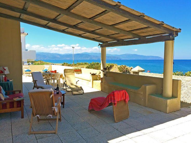 Ferienwohnung mit Terrasse und traumhaftemMeerblick, zwei Schritte entfernt vom Strand. Die Lage ist optimal für einen Urlaub in Sizilien am Meer.