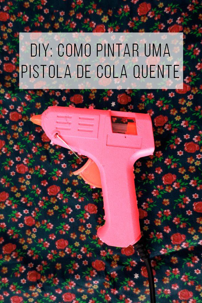Pistola de cola quente pode ser linda! Como deixar o seu ateliê / escritório / home office mais lindo: pinte as ferramentas! // Como pintar uma pistola de cola quenteProjetos para inspiração e tutorial (is) faça você mesmo. // faça você mesma, DIY, inspiração, decoração, ideia, tutorial, reciclagem, artesanato, how to paint a hot glue gun, spray paint, tinta spray, do it yourself, pink, onde comprar pistola de cola quente colorida,
