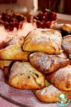 "Булочки ""Подушечки"" с творогом и вишней Источник: http://www.povarenok.ru/recipes/show/111421/"